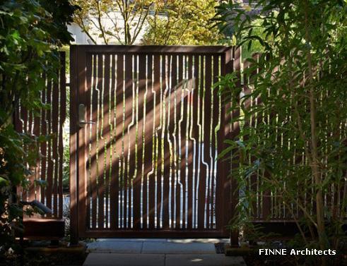 прозрачный забор и калитка из металла