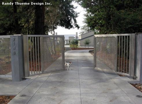 металлические ворота с сеткой