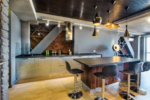лофт кухня с открытыми полками и стеклянными фасадами